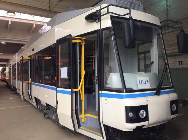 W tramwaju zwężono drugie i czwarte drzwi, a ponadto zmieniono sposób ich otwierania.