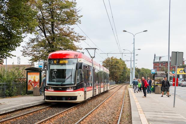 Najnowszy fabrycznie nowy gdański tramwaj, czyli Pesa Jazz Duo w kremowo-czerwonych barwach.