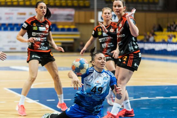 Patricia Matieli (nr 49) zdobyła dla Vistalu 6 bramek, ale końcówka meczu należała do Kingi Grzyb (z lewej), która doprowadziła do remisu.