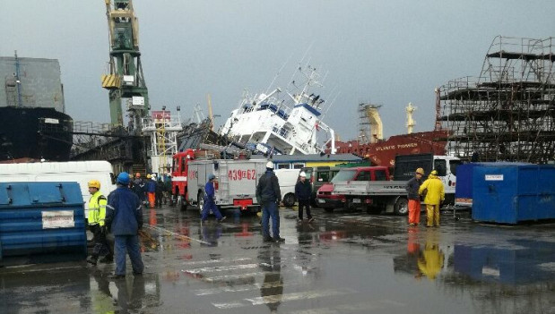 Zdjęcie wykonane tuż przed upadkiem doku ze statkiem, gdy zaczął się przechylać.