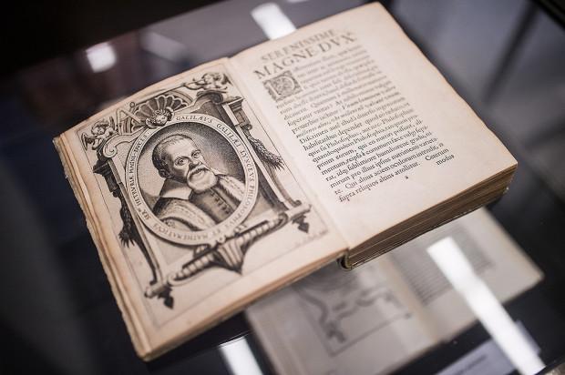 W kolekcji PG znajduje się m.in. dzieło Galileusza z 1635 roku. Na jednej z pierwszych stron widnieje portret uczonego.