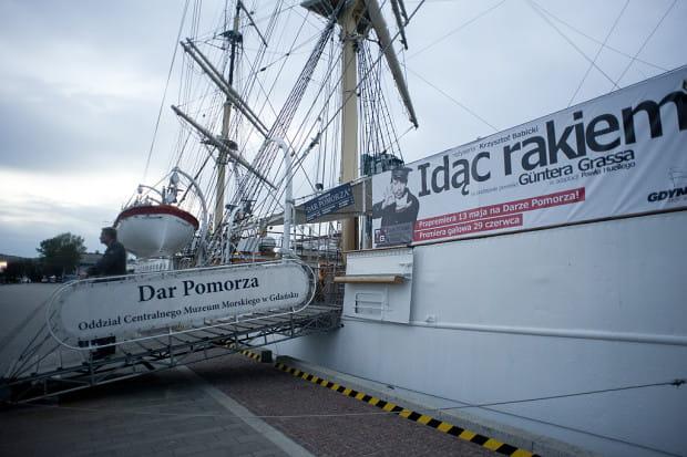 """Fregata """"Dar Pomorza"""" po raz trzeci w ostatnich latach """"weźmie udział"""" w spektaklu, jako przestrzeń teatralnej produkcji Teatru Miejskiego."""