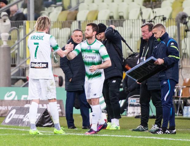 Piotr Wiśniewski przejmuje od Milosa Krasicia miejsce na boisku i opaskę kapitana w 78. minucie meczu z Termaliką Nieciecza.
