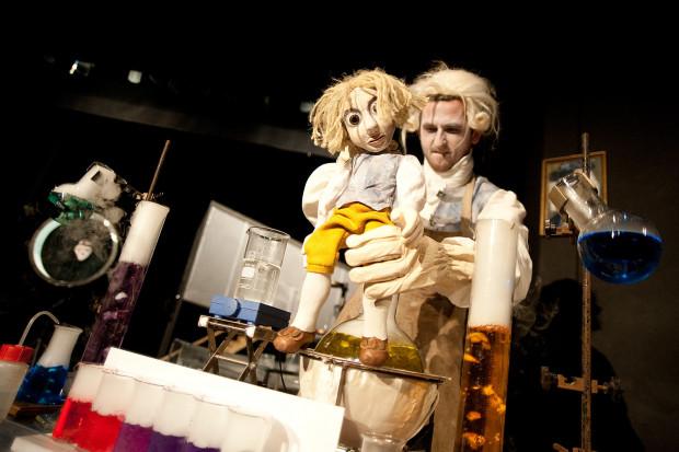 W Teatrze Miniatura czeka was spotkanie ze znanym gdańskim naukowcem. Główny bohater, opowiadając historię swojego życia, ożywia przestrzeń laboratorium, animuje alembiki i fiolki i eksperymentuje.