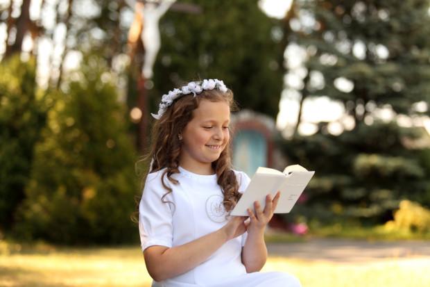 Pozowane zdjęcia na klęczniku, z różańcem i książeczką, powoli odchodzą do lamusa. Dziś rodzice znaczenie chętniej zamawiają fotoreportaż z przygotowań do uroczystości oraz sesję w plenerze.