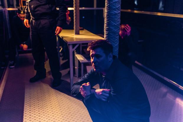 W głowach marynarzy zaczynają się pojawiać mary przeszłości i rozmowy, które nigdy nie miały miejsca. Na zdjęciu Szymon Sędrowski (Misza).