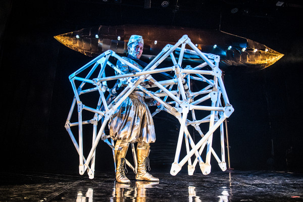 """Teatr Miniatura proponuje za 500 groszy """"Bajki robotów"""", które zagrane zostaną 13 maja o godz. 12. Dlatego kasy otwarte zostaną o godz. 9."""