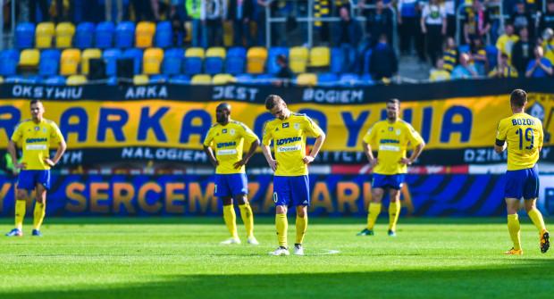 Mateusz Szwoch (na pierwszym planie) uważa, że Arka była zamulona w pierwszej połowie meczu z Cracovią. Niestety wpłynęło to negatywnie na wynik całego spotkania.