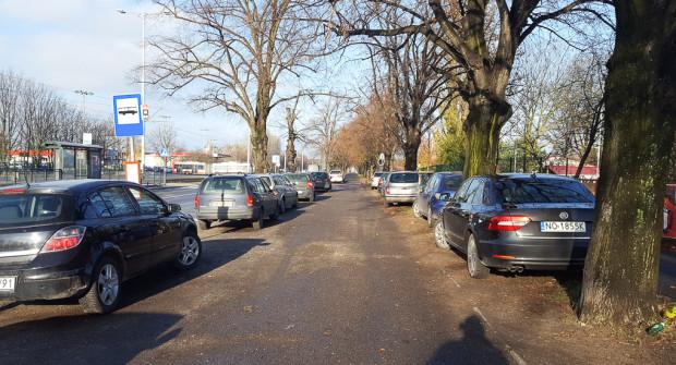 Włodarze miast od lat tolerują nielegalne parkowanie. Takiego samego podejścia nie stosują jednak do pasażerów komunikacji miejskiej, w której jazda bez biletu jest surowo karana. Nz. al. Hallera w Gdańsku na wysokości przystanku Grudziądzka.