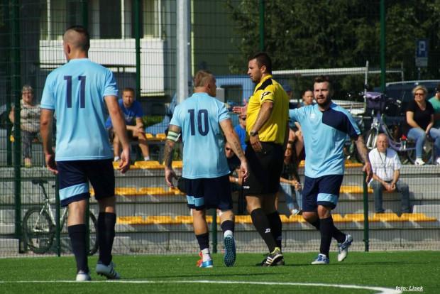 Piłkarze Portowca podczas meczu na boisku Zespołu Szkół Morskich w Nowym Porcie.
