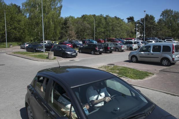 Parking przy Czarnym Dworze to obok tego przy Nowotnej największy miejski parking w pasie nadmorskim.