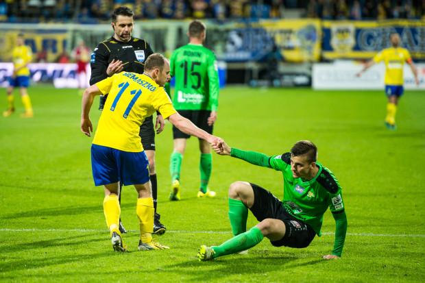 Piłkarze Arki potrzebują nie tylko punktów do ligowej tabeli, ale także tego, aby jeden z rywali wyciągnął do nich pomocną dłoń. Najbliżej w tabeli żółto-niebieskim do Górnika Łęczna.