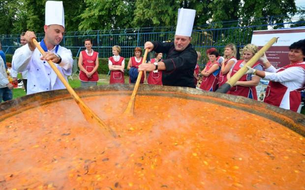 Największa fasolowa, przygotowana dwa lata temu w Gorzycach, ważyła 323 kilogramy. Gdyńska zupa wiśniowa będzie prawie dwa razy większa i wystarczy na kilka tysięcy porcji.
