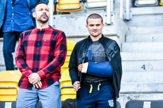 Pawła Abbott (z lewej) wiosną oglądaliśmy tylko na trybunach. W dwóch ostatnich kolejkach sezonu istnieje jednak prawdopodobieństwo, że w końcu wyjdzie na murawę. Jedynym piłkarzem Arki niezdolnym do gry jest Adrian Błąd (z prawej).