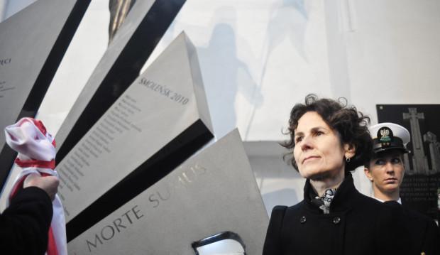 W odsłonięciu pomnika uczestniczyły rodziny ofiar katastrofy smoleńskiej, m.in. Elżbieta Płażyńska.
