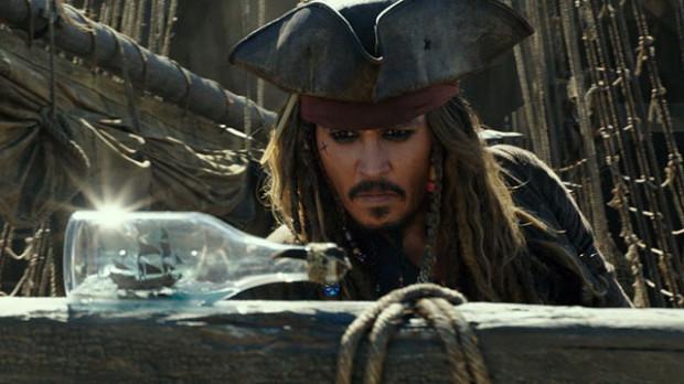 """Wtórność, znużenie, być może zmęczenie - Johnny Depp już nie zaskakuje i nie przekonuje swoją postacią tak, jak z sukcesem czynił to w poprzednich częściach. To wciąż jednak nasz stary dobry znajomy z """"Czarnej Perły"""", który potrafi od czasu do czasu zaskoczyć, rzucić niewybrednym żartem i napędzić akcję, gdy tego trzeba."""