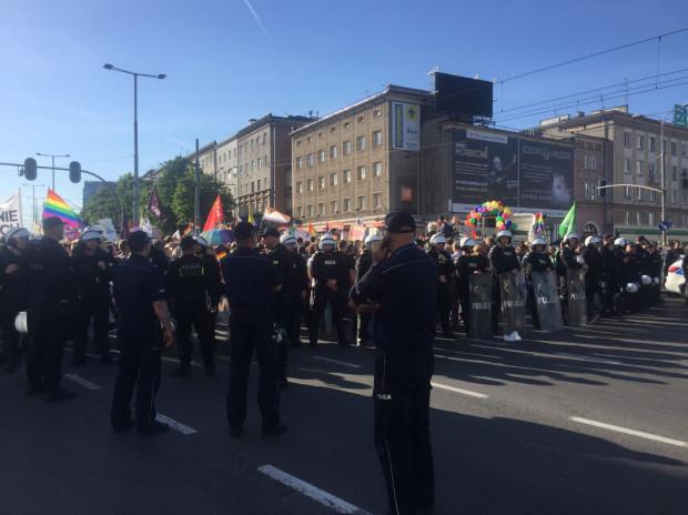 Policja wciąż czuwa nad tym by nie doszło do zwarcia obu uczestników marszu z kontrmanifestantami.