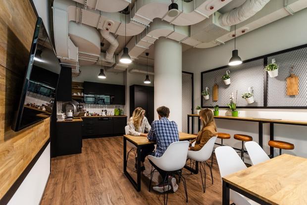 Jadalnia w firmie Ciklum w biurowcu Tryton w Gdańsku. Biurowe kuchnie wykańczane są i wyposażane jak domowe.