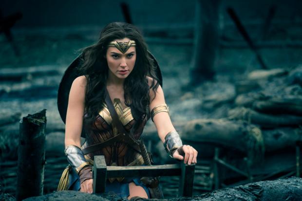 Filmowa Wonder Woman kusą spódniczką i zgrabnymi kształtami jedynie wzbogaca wizerunek silnej, niezależnej kobiety, której najcenniejszymi atutami są determinacja, charyzma i przebojowość.
