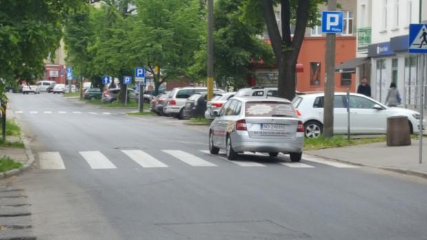 Ul. Dmowskiego odzyskała prawy pas, który do niedawna na odcinku ok. 150-200 m był buspasem.