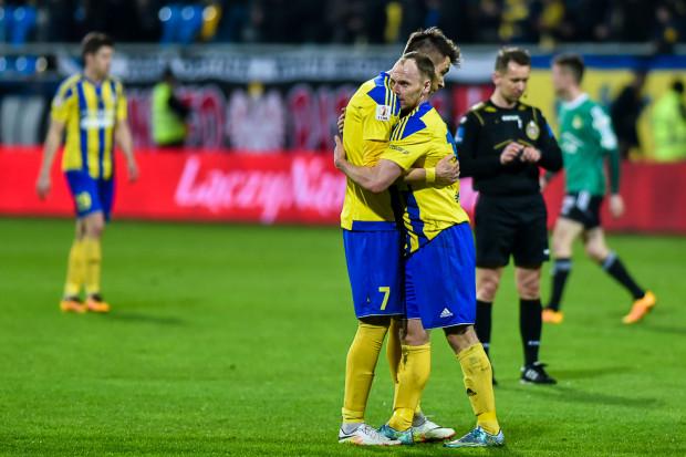 W Lubinie piłkarze Arki Gdynia strzelili wszystkie gole. Do przerwy piłkę do właściwej siatki posłali: Rafał Siemaszko (z prawej) i Dariusz Formella (z lewej).