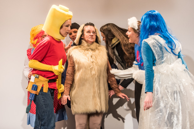 Uwagę dzieci przyciągają efektowne, kolorowe kostiumy bohaterów (w środku Piesek Oliwier w wykonaniu Maryli Wolskiej).