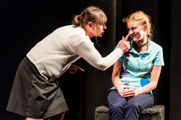Jedną z najlepszych scen przedstawienia jest rozmowa Ciotki (Barbara Danowska) z Oliwką (Maria Dorenda), będąca trafnym podsumowaniem infantylnego traktowania dzieci przez dorosłych.