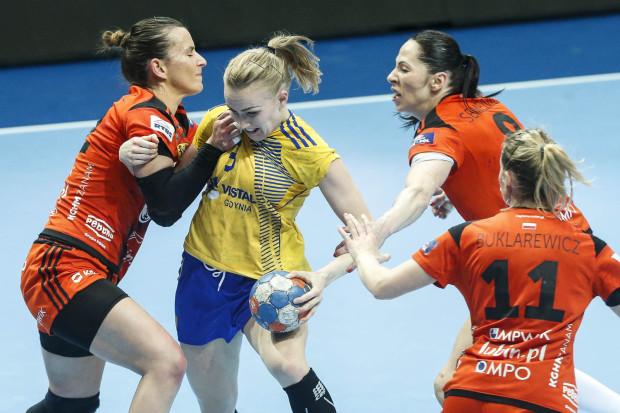 Katarzyna Janiszewska (z piłką) w meczu o złoto przeciwko Zagłębiu Lubin.