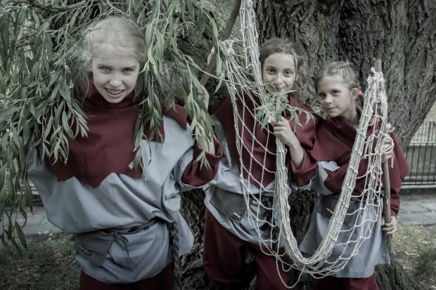 Dzieciaki z wikińskiej wioski w poszukiwaniu rodziców są gotowe użyć sieci, by znów im się nie wymknęli. Na zdjęciu Weronika Ziemann, Ola Boczek i Weronika Mania.