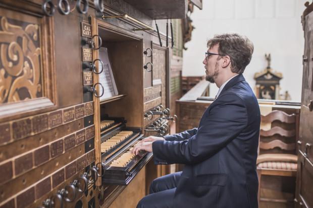 Podpisanie umowy poprzedził minikoncert w wykonaniu Andrzeja Szadejki, koordynatora i inicjatora projektu odbudowy zabytkowych organów Mertena Friese.