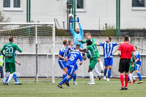 Do II ligi awansuje tylko jeden zespół, a Bałtyk musi odrobić 3, a właściwie 4 punkty do lidera w trzech ostatnich kolejkach. Marcin Matysiak (z piłką) i jego koledzy muszą odnieść komplet zwycięstw i liczyć na wpadki Lecha II Poznań.