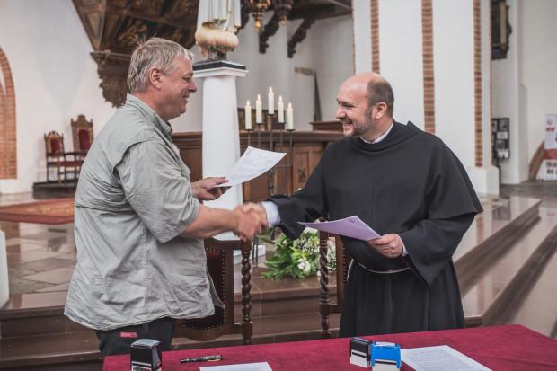 O. Tomasz Jank i Kristian Wegscheider podpisali umowę na realizację ostatniego etapu prac podczas odbudowy zabytkowych organów w kościele Św. Trójcy.