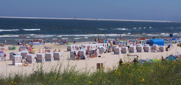 Z niemieckiego Ahlbeck do Świnoujścia można dojść na piechotę, dlatego wynajmujący kosze plażowe zrobią wszystko by przyciągnąć niemieckich emerytów na polskie plaże.