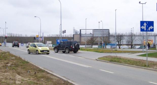 Mimo ciągłej linii na ul. Czermińskiego niemal wszyscy kierowcy skręcają w lewo do Rental Parku narażając sie na mandat. Prawidłowa droga wiedzie przez rondo. Można też zawrócić na drodze 10 m dalej.