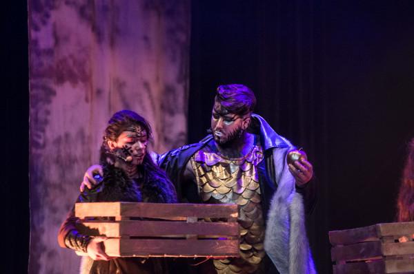 Siłą przedstawienia są kostiumy i charakteryzacje bohaterów, Na zdjęciu Astrid (Iga Szubelak) ze Skrymirem (Jeremiasz Gzyl).