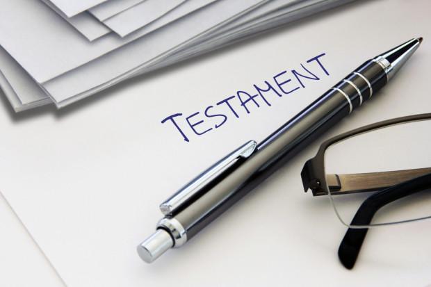 Testament można spisać odręcznie, nie musi odbywać się to w obecności notariusza.
