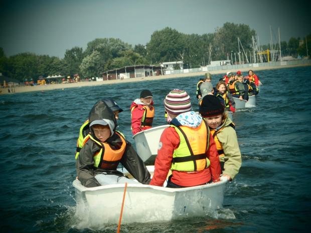Oferta zajęć sportowych w ramach półkolonii jest bogata i różnorodna. Dzieci będą mogły m.in. uczyć się żeglarstwa, jazdy na nartach oraz grać w tenisa.