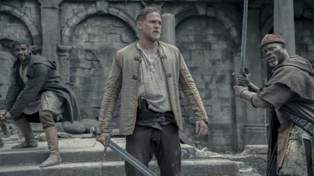 Nowy król Artur tylko momentami przypomina swoich ekranowych poprzedników. Bohater grany przez Charliego Hunnama to typ niesfornego awanturnika, nieświadomego królewskich korzeni, który dopiero dorasta do tego, by móc poprowadzić za sobą oddanych rycerzy Okrągłego Stołu.