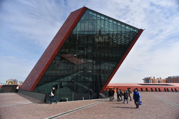 Muzeum II Wojny Światowej warto zobaczyć nawet, gdy nie lubimy muzeów. Wrażenie może robić sama kubatura budynku.