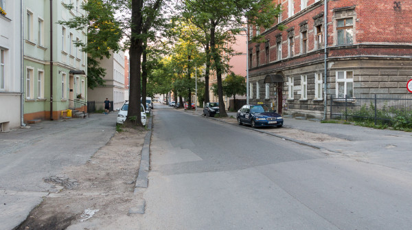 Przewidziano również pięć nowych drzew, krzewy ozdobne oraz zatoki do parkowania.