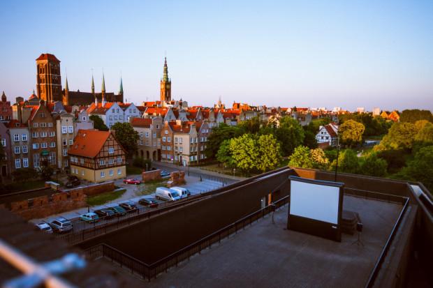 W tym roku pokazy kina plenerowego ponownie zagoszczą m.in. na dachu Gdańskiego Teatru Szekspirowskiego. W Gdyni widzowie skorzystają z atrakcji Kina Letniego w Orłowie, a w Sopocie ponownie filmy pod chmurką obejrzymy na molo.