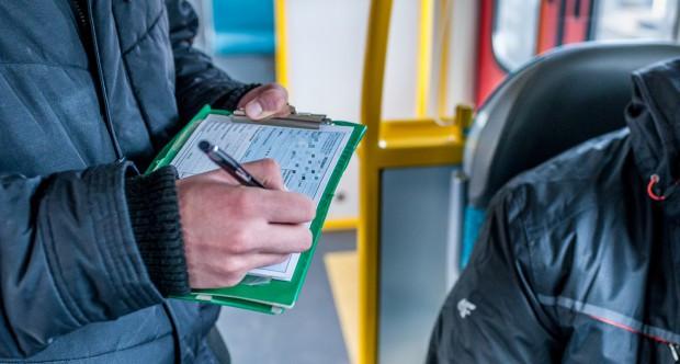 Pan Rafał będąc honorowym dawcą krwi ma prawo do bezpłatnych przejazdów komunikacją miejską. Mimo to dostał mandat, bo kontroler uznał, że jest opiekunem niepełnoletniego pasażera.
