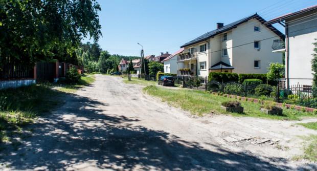 Dzięki inwestycji na drogach pojawi się asfalt. Na zdj. ul. Zwierzyniecka.