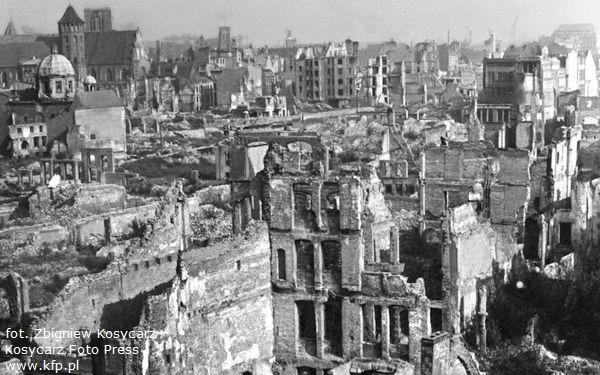 Jerzy Stankiewicz był w gronie tych, którzy walczyli o odbudowę historycznych budynków na terenie Głównego Miasta, także poza ul. Szeroką. Wówczas wcale nie było oczywiste, że w historycznym śródmieściu Gdańska zburzonych zabytków nie zastąpią modernistyczne budynki. Nz. widok z Zielonej Bramy na Główne Miasto w 1949 r.