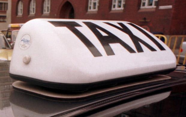 Dyspozytor firmy Komfort Taxi poinformował klientów, że kurs z centrum Gdańska na lotnisko będzie kosztował ok. 55 zł. Jednak po zrealizowaniu kursu taksówkarz zażądał... niemal czterokrotnie wyższej kwoty.