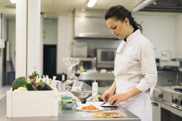 Kucharze potrafią spędzać w pracy nawet 300 godzin miesięcznie.