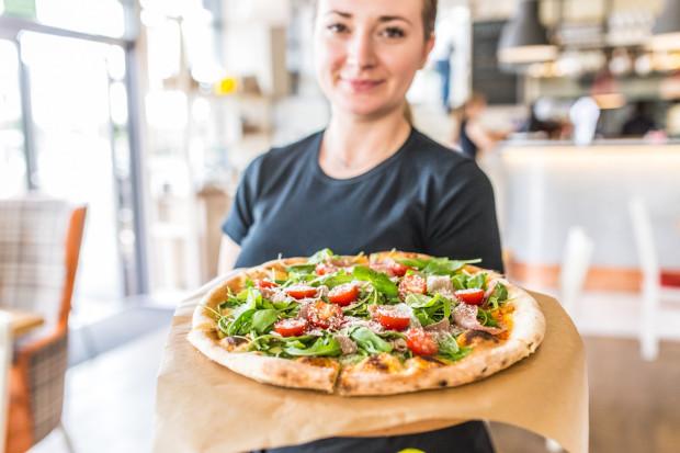 Peperino specjalizuje się w kuchni włoskiej i pizzy z pieca opalanego drewnem.