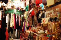 Vintage Shops także sprzedają odzież używaną, jest to jednak towar starannie wyselekcjonowany i odpowiednio droższy.Na zdjęciu Komis Rzeczy Wyjątkowych Vintage Inn.