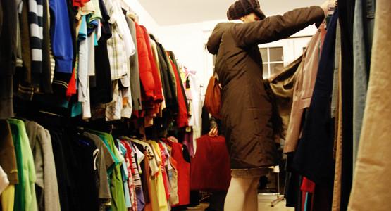 Sklepy z tanią odzieżą cieszą się dużą popularnością. Najwięcej chętnych jest w dniach dostawy i wyprzedaży a także gdy poszukiwaniom sprzyja pogoda.
