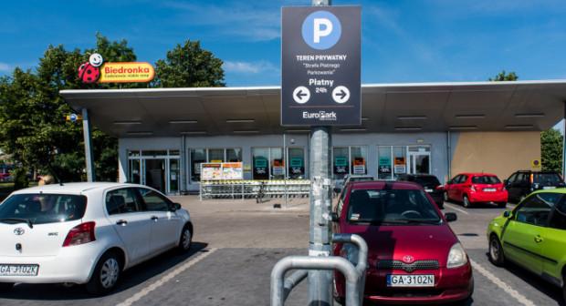 O zmianach na razie informują tylko tablice. Parking będzie płatny przez całą dobę.